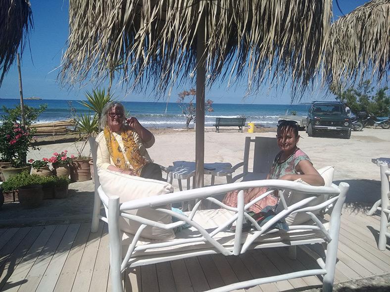 Arunima und Gerda im neueröffneten Strandcafe von Ina